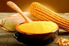 Harina del maíz sobre el tazón de fuente Foto de archivo