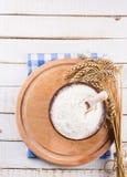 Harina en cuenco de madera en la tabla Fotos de archivo libres de regalías