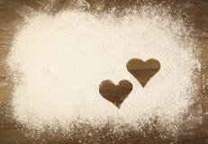Harina en la tabla con los corazones Foto de archivo