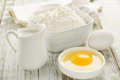 Harina, huevos, leche fotografía de archivo libre de regalías