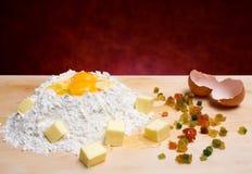 Harina, huevos, mantequilla y frutas escarchadas Imagenes de archivo