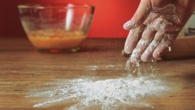 Harina que lanza en la tabla, cámara lenta, 240 fps de la mano del panadero Cocinando y apoyando la preparación Preparación de co metrajes