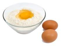 Harina y huevos fotos de archivo