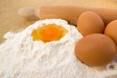 Harina y huevos Foto de archivo