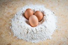 Harina y huevos Imagen de archivo libre de regalías