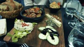 haring voedseldiner in veganist bio organisch restaurant die humus eten stock footage