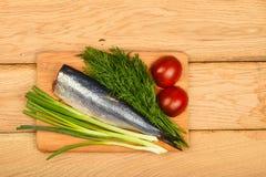 Haringen dubbele filet met groenten op houten lijst Royalty-vrije Stock Foto's