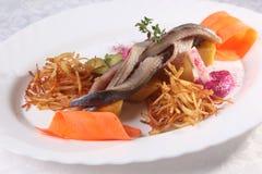 haringen met aardappels en uien stock foto