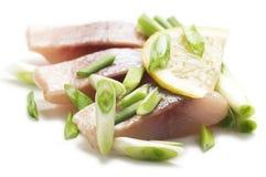 Haringen met citroen en ui Stock Foto's