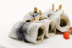 Haringen - rollmops op een plaat worden ingelegd die stock foto