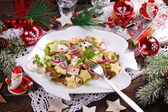 Haringensalade met zure room, appel en aardappel voor Kerstmis stock afbeeldingen