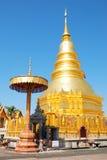 Hariphunchai寺庙的金黄塔 库存图片