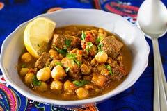 Harira marroquino da sopa com o limão do tomate da lentilha dos grãos-de-bico da carne e Fotografia de Stock Royalty Free
