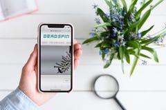 HARK?V, UCRAINA - 10 aprile 2019: IPhone X di Apple in mano femminile con deadspin sito di COM sullo schermo fotografia stock