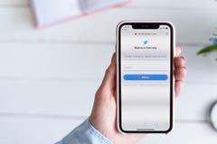 HARK?V, UCRAINA - 10 aprile 2019: IPhone X di Apple in mano femminile con il cellulare twitter sito di COM sullo schermo immagini stock libere da diritti