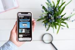 HARK?V, UCRAINA - 10 aprile 2019: IPhone X di Apple in mano femminile con theverge sito di COM sullo schermo immagini stock