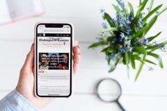 HARK?V, UCRAINA - 10 aprile 2019: IPhone X di Apple in mano femminile con washingtonexaminer sito di COM sullo schermo fotografie stock