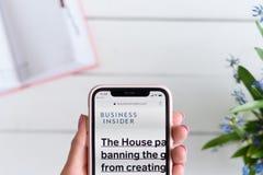 HARK?V, UCRAINA - 10 aprile 2019: La donna tiene il iPhone X di Apple con businessinsider sito di COM sullo schermo immagine stock