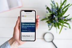 HARK?V, UCRAINA - 10 aprile 2019: La donna tiene il iPhone X di Apple con ebay sito di COM sullo schermo fotografie stock libere da diritti