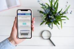 HARK?V, UCRAINA - 10 aprile 2019: La donna tiene il iPhone X di Apple con Quizlet sito di COM sullo schermo Pagina iniziale immagini stock
