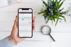 HARK?V, UCRAINA - 10 aprile 2019: La donna tiene il iPhone X di Apple con stackexchange sito di COM sullo schermo fotografia stock libera da diritti