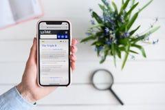 HARK?V, UCRAINA - 10 aprile 2019: La donna tiene il iPhone X di Apple con urbandictionary sito di COM sullo schermo fotografia stock libera da diritti