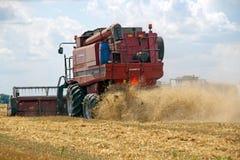 HARKÌV, UCRAINA - 12 LUGLIO 2011: Raccolta del giacimento di grano a Harkìv Oblast in Ucraina Immagine Stock Libera da Diritti