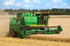 HARKÌV, UCRAINA - 12 LUGLIO 2011: Raccolta del giacimento di grano a Harkìv Oblast in Ucraina Immagini Stock