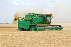 HARKÌV, UCRAINA - 12 LUGLIO 2011: Raccolta del giacimento di grano a Harkìv Oblast in Ucraina Fotografia Stock