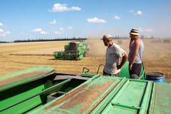 HARKÌV, UCRAINA - 12 LUGLIO 2011: Raccolta del giacimento di grano a Harkìv Oblast in Ucraina Fotografie Stock Libere da Diritti