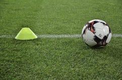 Harkìv, UCRAINA - 15 novembre 2016: Palla di calcio sul prato inglese Fotografie Stock Libere da Diritti