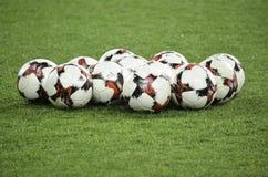 Harkìv, UCRAINA - 15 novembre 2016: Palle di calcio che si trovano sul Th Fotografia Stock