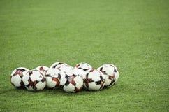 Harkìv, UCRAINA - 15 novembre 2016: Palle di calcio che si trovano sul Th Fotografie Stock Libere da Diritti