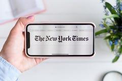 HARK?V, UCRAINA - 10 aprile 2019: IPhone X di Apple in mano femminile con i nytimes sito di COM sullo schermo Vista orizzontale immagini stock