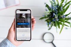 HARK?V, UCRAINA - 10 aprile 2019: IPhone X di Apple in mano femminile con paypal sito di COM sullo schermo immagine stock