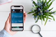 HARK?V, UCRAINA - 10 aprile 2019: IPhone X di Apple in mano femminile con slideshare sito netto sullo schermo immagine stock libera da diritti