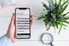 HARK?V, UCRAINA - 10 aprile 2019: La donna tiene il iPhone X di Apple con businessinsider sito di COM sullo schermo immagini stock libere da diritti