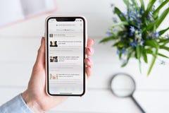 HARK?V, UCRAINA - 10 aprile 2019: La donna tiene il iPhone X di Apple con medicalnewstoday sito di COM sullo schermo fotografie stock libere da diritti