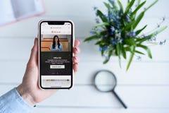 HARK?V, UCRAINA - 10 aprile 2019: La donna tiene il iPhone X di Apple con Microsoft sito di COM sullo schermo immagini stock libere da diritti