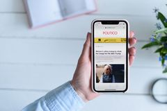 HARK?V, UCRAINA - 10 aprile 2019: La donna tiene il iPhone X di Apple con il politicante sito di COM sullo schermo fotografia stock libera da diritti