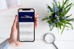 HARK?V, UCRAINA - 10 aprile 2019: La donna tiene il iPhone X di Apple con va sito di COM sullo schermo immagine stock libera da diritti