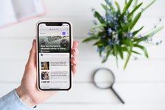HARK?V, UCRAINA - 10 aprile 2019: La donna tiene il iPhone X di Apple con Yahoo sito di COM sullo schermo immagini stock