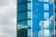 HARK?V, UCRAINA - 19 MAGGIO 2018: grattacieli di costruzione di vetro moderni con la riflessione del cielo nuvoloso immagini stock libere da diritti