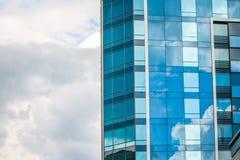 HARK?V, UCRAINA - 19 MAGGIO 2018: grattacieli di costruzione di vetro moderni con la riflessione del cielo nuvoloso immagine stock