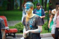 HARK?V, UCRAINA - 19 MAGGIO 2018: la gente felice celebra il festival di colore di Holi immagine stock libera da diritti