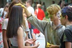 HARK?V, UCRAINA - 19 MAGGIO 2018: la gente felice celebra il festival di colore di Holi fotografia stock