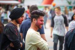 HARK?V, UCRAINA - 19 MAGGIO 2018: la gente felice celebra il festival di colore di Holi immagine stock
