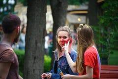 HARK?V, UCRAINA - 19 MAGGIO 2018: la gente felice celebra il festival di colore di Holi immagini stock