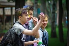 HARK?V, UCRAINA - 19 MAGGIO 2018: la gente felice celebra il festival di colore di Holi fotografie stock libere da diritti