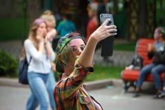 HARK?V, UCRAINA - 19 MAGGIO 2018: la gente felice celebra il festival di colore di Holi fotografie stock